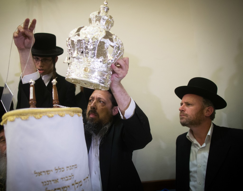 "An ultra orthodox Jewish puts a crown on a newly inscribed Torah scroll (a handwritten copy of the Torah, the holiest book within Judaism) before it will be brought into David's Tomb on Mount Zion, near Jerusalem Old City, March 16, 2016. Photo by Yonatan Sindel/Flash90 *** Local Caption *** ׳—׳¡׳™׳""׳•׳× ׳ž׳™׳©׳§׳•׳œ׳¥ ׳—׳¨׳""׳™׳ ׳—׳¨׳""׳™ ׳§׳'׳¨ ׳""׳•׳"" ׳¡׳₪׳¨ ׳×׳•׳¨׳"" ׳""׳›׳׳¡׳× ׳¡׳₪׳¨ ׳×׳•׳¨׳"" ׳¢׳™׳¨ ׳¢׳×׳™׳§׳"""
