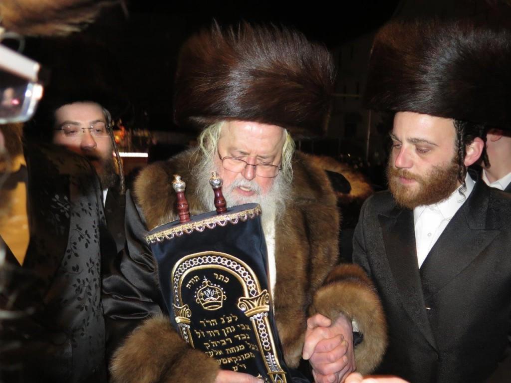Munkatch Rav shlita dancing with the Sefer Torah (JDN)