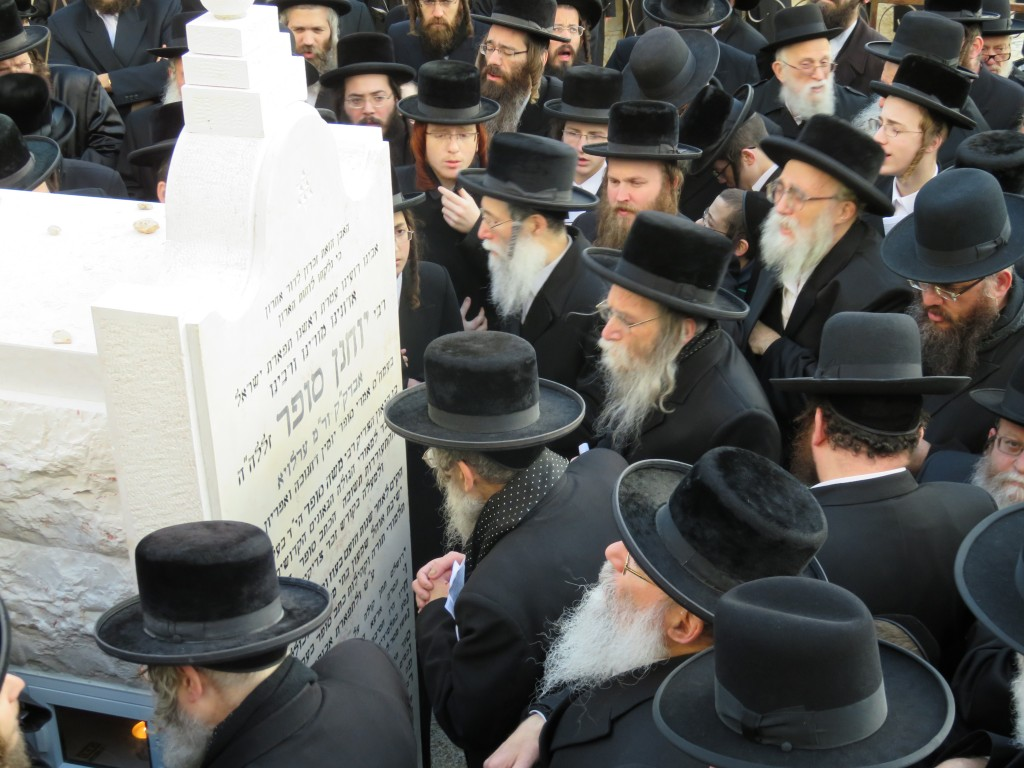 The sons of the Erloyer Rebbe at the hakamas matzeivah.