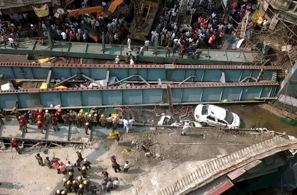 A general view of the collapsed flyover in Kolkata, India, March 31, 2016. REUTERS/Rupak De Chowdhuri TPX IMAGES OF THE DAY