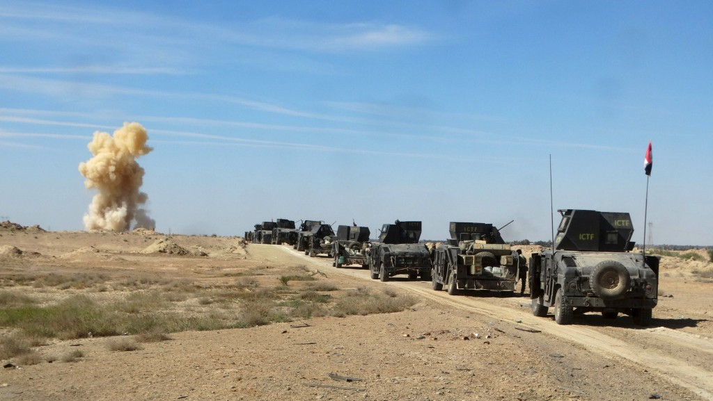Iraqi security forces vehicles move toward the town of Hit during a military operation, in the west of Ramadi, March 8, 2016. Picture taken March 8, 2016. REUTERS/Stringer TPX IMAGES OF THE DAY