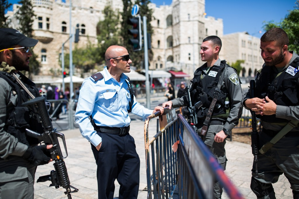 A police officer speaking with soldiers guarding the stairs to Damascus Gate in the Old City of Yerushalayim last week. (Corinna Kern/Flash90)