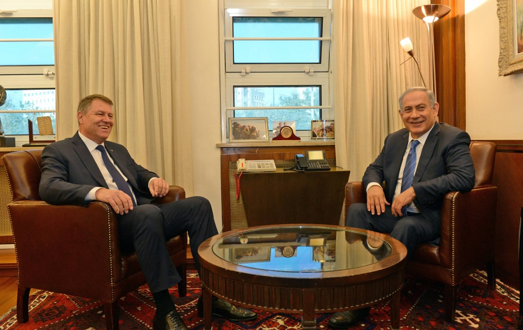 Israeli Prime Minister Binyamin Netanyahu (R) meets with Romanian President Klaus Iohannis at the Prime Minister's office in Yerushalayim on Monday. (Haim Zach/GPO)