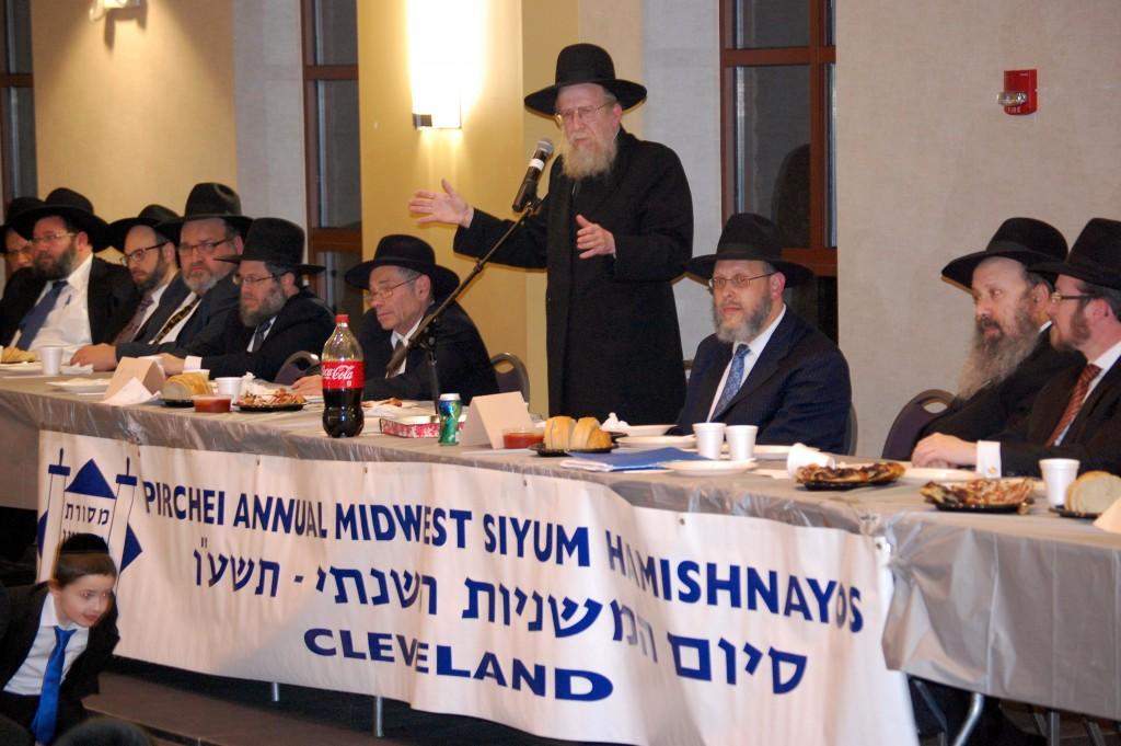 Rabbi Dovid Golberg addressing the melave Malka.