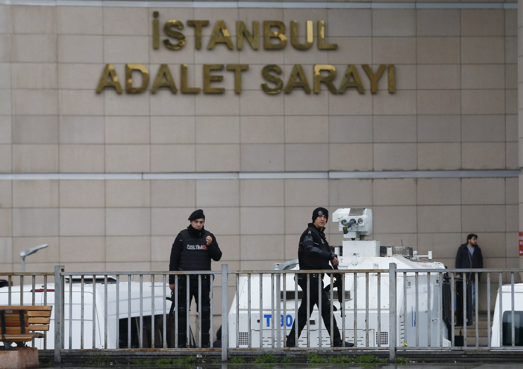 Turkish riot police stand guard at the Justice Palace in Istanbul, Turkey March 25, 2016. REUTERS/Osman Orsal