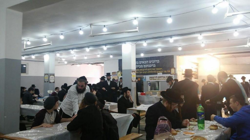 Yiden at the Yuhrtzit Seudah in Lizhensk, Poland. (Chadashot24)