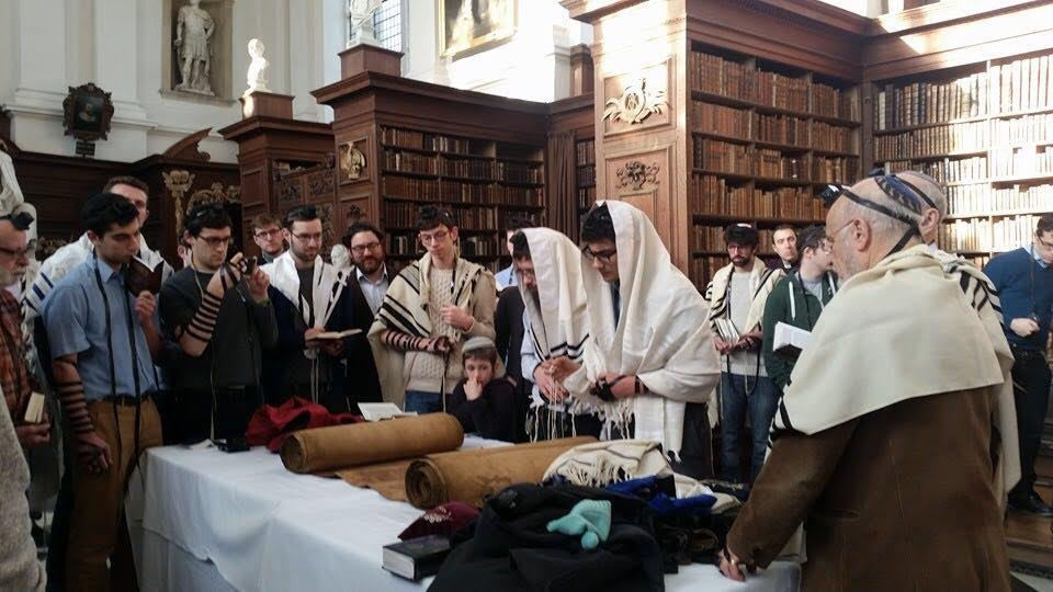 Laining from the sefer Torah. (University Jewish Chaplaincy)