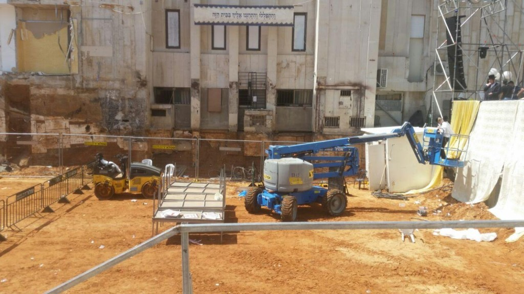 Construction in front of the current beis medrash. (Chadashot24)