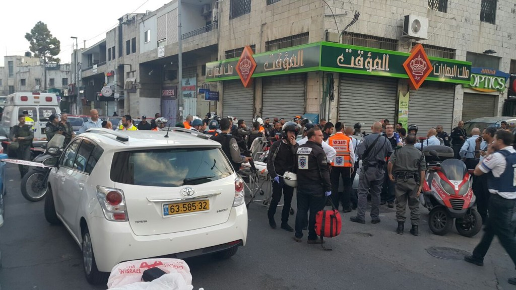 Israeli police forces at the scene of the shooting attack near the Damascus Gate, Tuesday. (Kevutzat Medabrim Tikshoret)