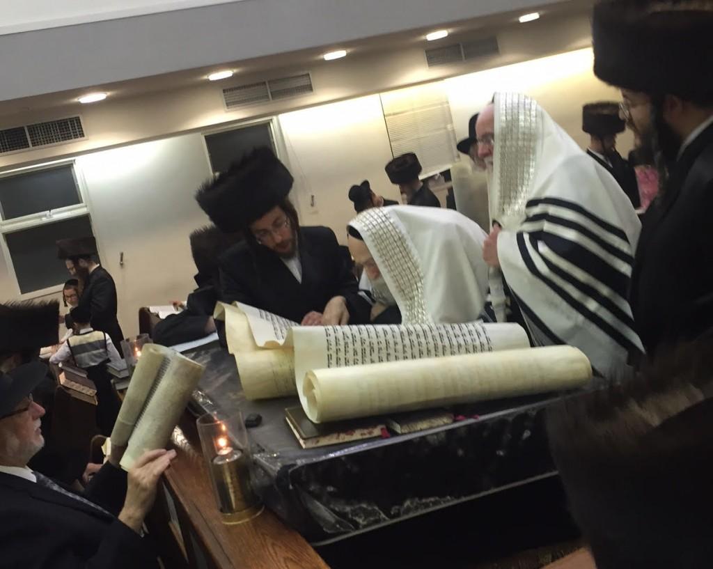 Harav Avraham Tzvi Beck, Rav of Adass Yisrael, leins the Megillah. (Yumi Rosenbaum)