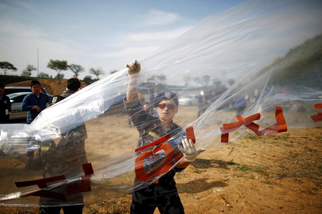 A North Korean defector prepares to release a balloon containing leaflets denouncing North Korean leader Kim Jong Un, near the demilitarized zone in Paju, South Korea, April 29, 2016. REUTERS/Kim Hong-Ji
