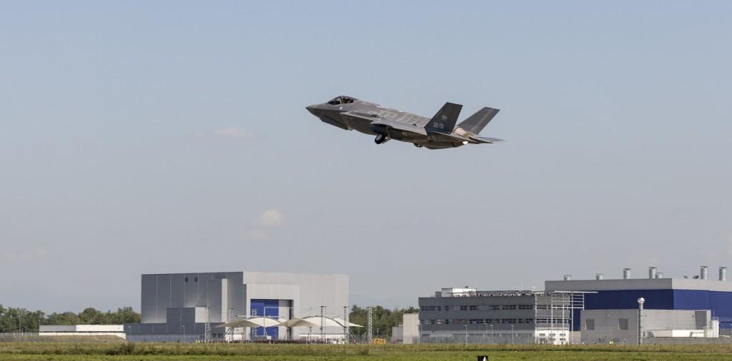 An F-35 plane (PRNewsFoto/Lockheed Martin Aeronautics)