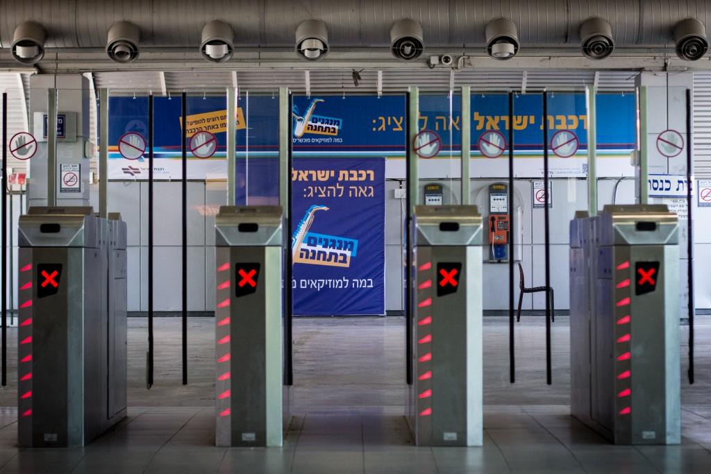 """Empty turnstiles at the Tel Aviv Savidor Central Railway Station on July 31, 2015. Photo by Garrett Mills/Flash90 *** Local Caption *** úçðú øëáú ñáéãåø øëáú éùøàì ú""""à ñáéãåø îøëæ"""