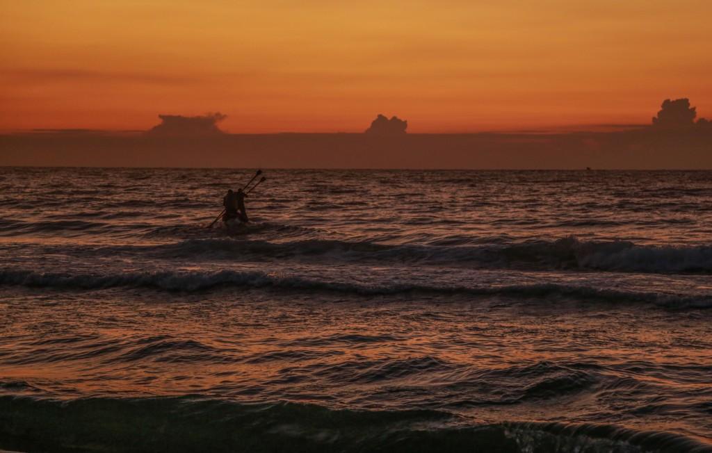 Palestinian fishermen fish on the shore of the Mediterranean Sea near the border in the northern Gaza Strip on December 18, 2015. Photo by Emad Nassar/Flash90 *** Local Caption *** ãééâéí ñéøä òæä øöåòú òæä ðòø ôìñèéðé ôìñèéðéí âáåì éí çåó ãééâ