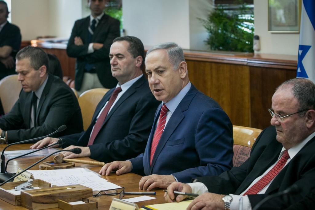 Prime Minister Benjamin Netanyahu leads the weekly cabinet meeting at PM Netanyahu's office in Jerusalem on April 3, 2016. Photo by Ohad Zwigenberg/POOL *** Local Caption *** áéáé øàù äîîùìä áðéîéï ðúðéäå éùéáú îîùìä ÷áéðè