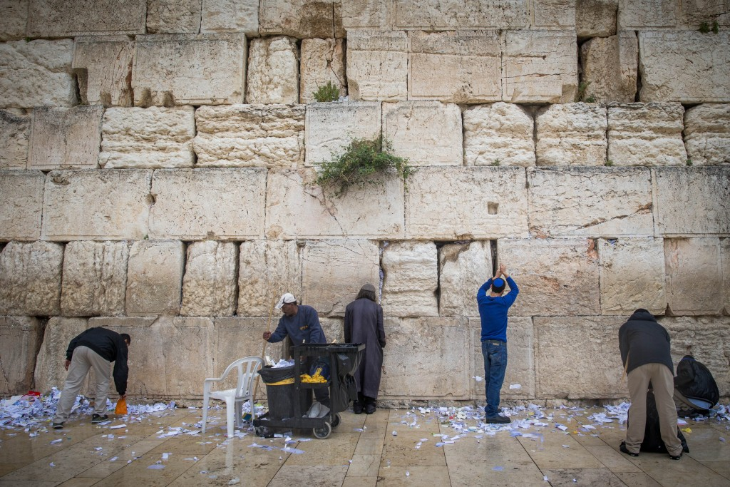 Kosel employees, remove thousands of handwritten notes (kvitlech) placed between the stones of the Kosel. The operation is carried out twice each year: before the Pesach and before Rosh Hashanah. (Yonatan Sindel/Flash90)