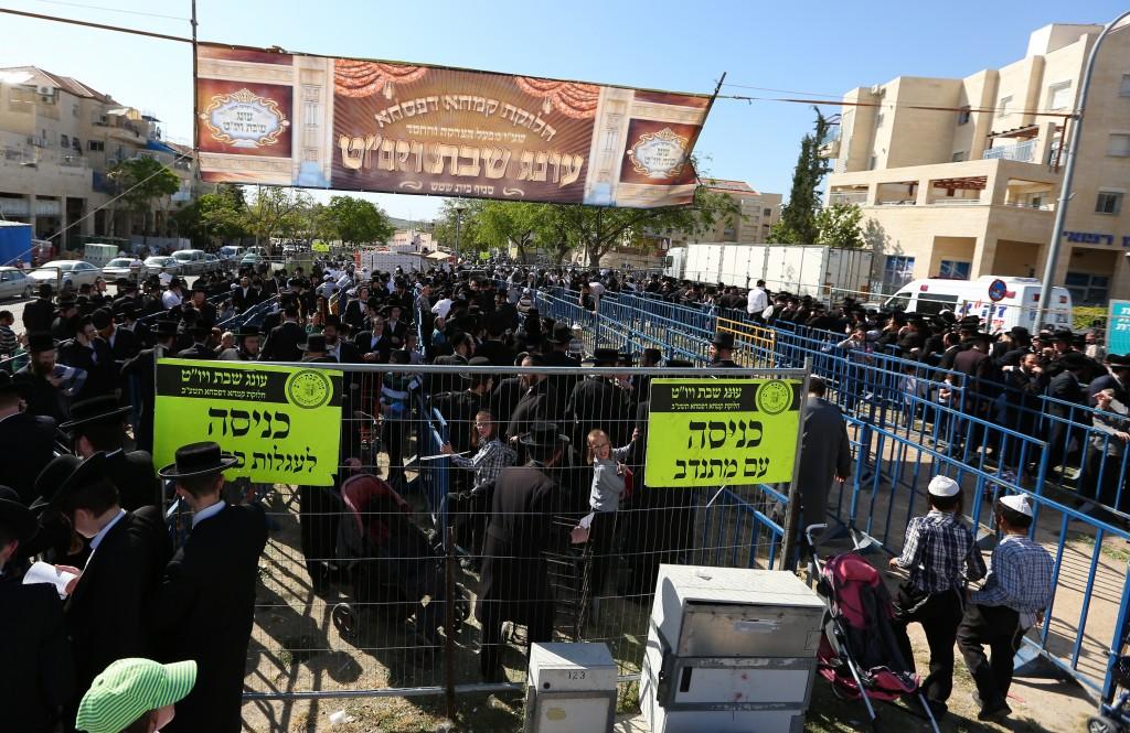 Distributing food before Pesach (Yaakov Lederman/Flash90)