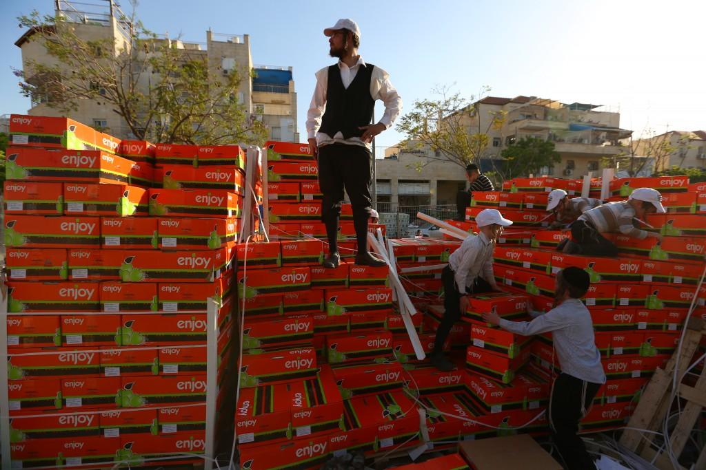 Volunteers at the food distribution (Yaakov Lederman/Flash90)