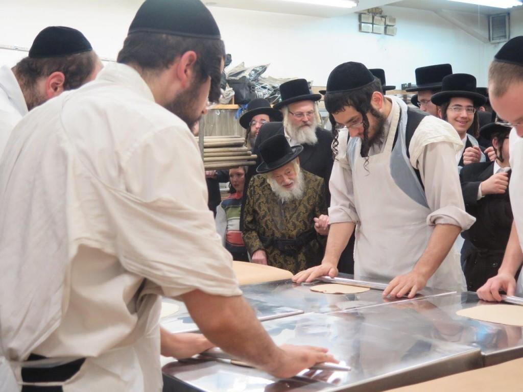 Skulener Rebbe shlita Baking Matzos in Pupa- Tzelem Matzoh Bakery in Williamsburg (JDN)