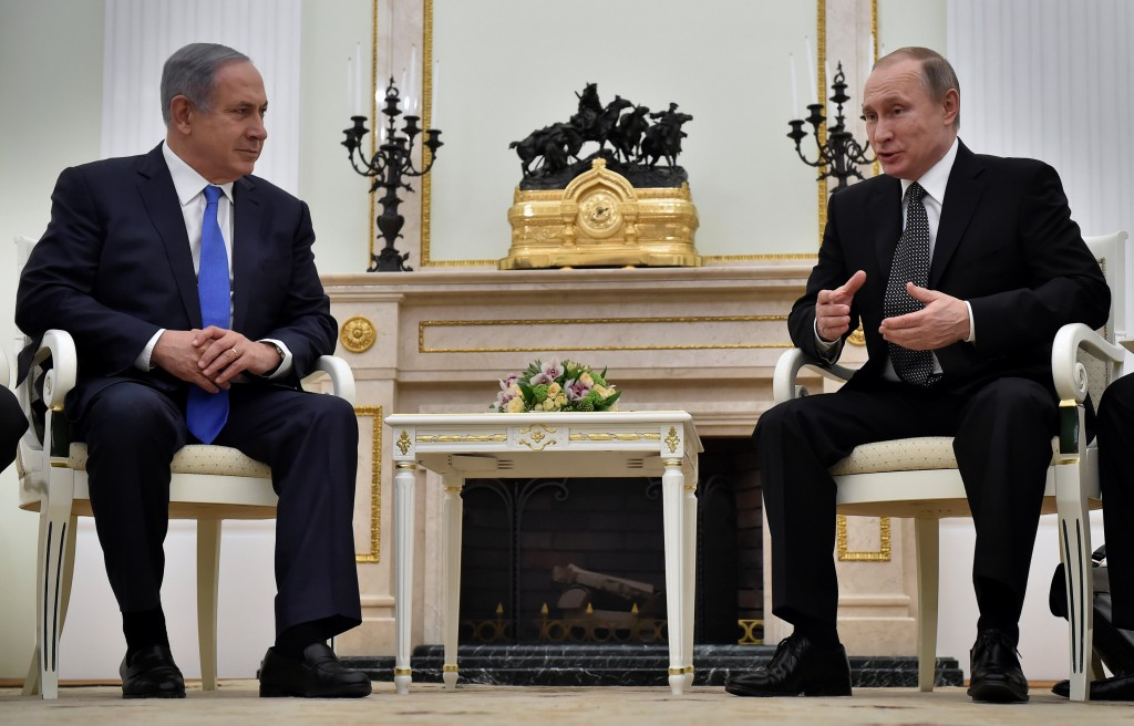 Russian President Vladimir Putin (R) meets with Israeli Prime Minister Benjamin Netanyahu at the Kremlin in Moscow, Russia, April 21, 2016. REUTERS/Alexander Nemenov/Pool