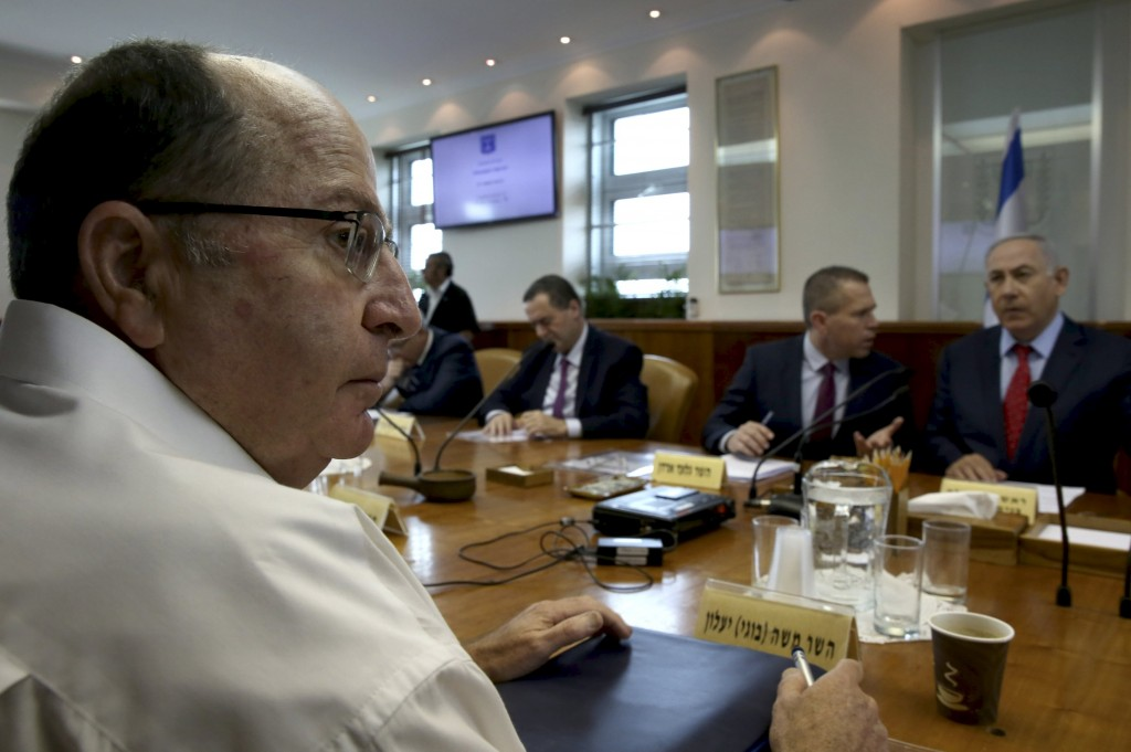 Israeli Defense Minister Moshe Yaalon (L) takes part in the weekly cabinet meeting chaired by Israeli Prime Minister Benjamin Netanyahu (R) in Jerusalem April 10, 2016. REUTERS/Gali Tibbon/Pool
