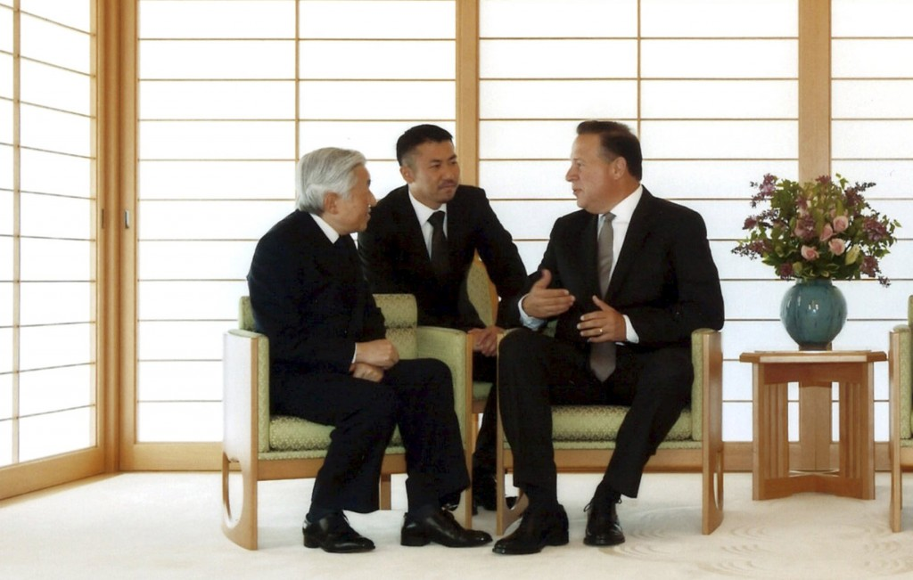 Panama's President Juan Carlos Varela (3rd L) talks with Japan's Emperor Akihito (L) at the Imperial Palace in Tokyo, Japan, April 19, 2016. Imperial Household Agency of Japan/Handout via Reuters