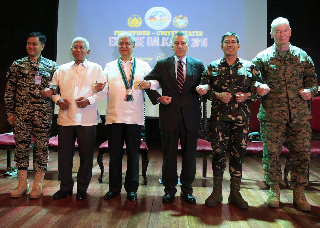 Philippines and U.S. officials link arms during the opening ceremony of the 2016 Balikatan military exercises at the Armed Forces of the Philippines (AFP) headquarters in Camp Aguinaldo, Quezon city, metro Manila April 4, 2016. In photo (L-R): AFP Vice-Admiral Alexander Lopez, Philippine Defense Secretary Voltaire Gazmin, Philippine undersecretary for migrant workers Jesus Yabes, U.S. ambassador to the Philippines Philip Goldberg, AFP Chief of Staff Hernando Iriberri and U.S. Exercise Director Commanding General, U.S. Marine Forces, Pacific Lt. Gen. John Toolan. REUTERS/Romeo Ranoco