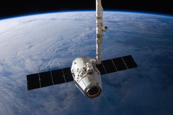 The SpaceX Dragon cargo capsule approaches the International Space Station prior to installation in this NASA picture taken April 10, 2016. REUTERS/NASA via social media/Handout via Reuters THIS IMAGE HAS BEEN SUPPLIED BY A THIRD PARTY. IT IS DISTRIBUTED, EXACTLY AS RECEIVED BY REUTERS, AS A SERVICE TO CLIENTS. FOR EDITORIAL USE ONLY. NOT FOR SALE FOR MARKETING OR ADVERTISING CAMPAIGNS