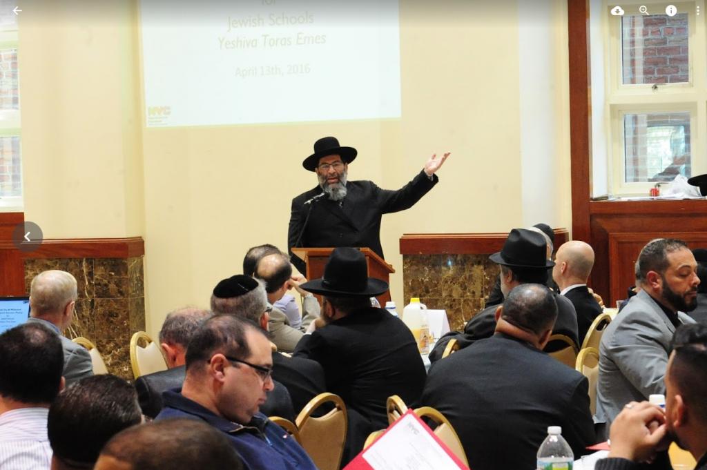 Harav Yaakov Bender addresses the meeting