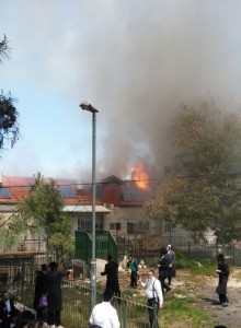 The scene of the huge fire in Meah Shearim, Monday afternoon. (Medabrim Tikshoret)