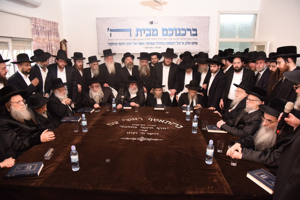 The Nesius of the Dirshu orgenization at the Siyum of Daf HaYomi BeHalacha at the home of Hagaon Harav Shteinman shlita. From left to right, shlita, Modzhitzer rebbe, Hagaon Harav Shimon Badani, Hagaon Harav Dov Povarsky, Sanzer rebbe, Vizhnitzer rebbe, Harav Yisrael Hager, Hagaon harav Aharon Leib Shteinman, Hagaon Harav Gershon Edelstein, Hagaon Harav Yitzchak Sheiner, Seret-Vizhnitzer rebbe, Alexsander rebbe, Rabbi Dovid Hofstater (partially obstructed) founder of the Dirshu organization, speaking. (JDN)