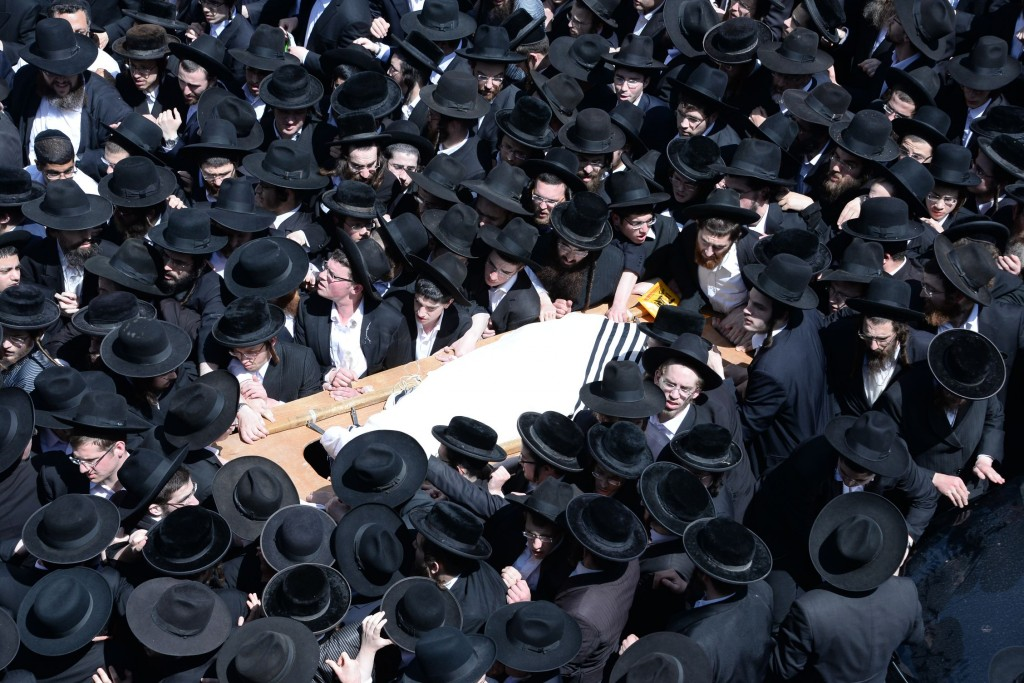 "The crowd at the levaya of Hagaon Harav Meir Solveictchik, zt""l, carrying his mittah to Har Hamenuchos. (Shuki Lerer/JDN)"