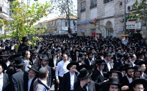 A partial view of the massive crowd escorting the mittah to Har Hamenuchos. (Shuki Lerer/JDN)
