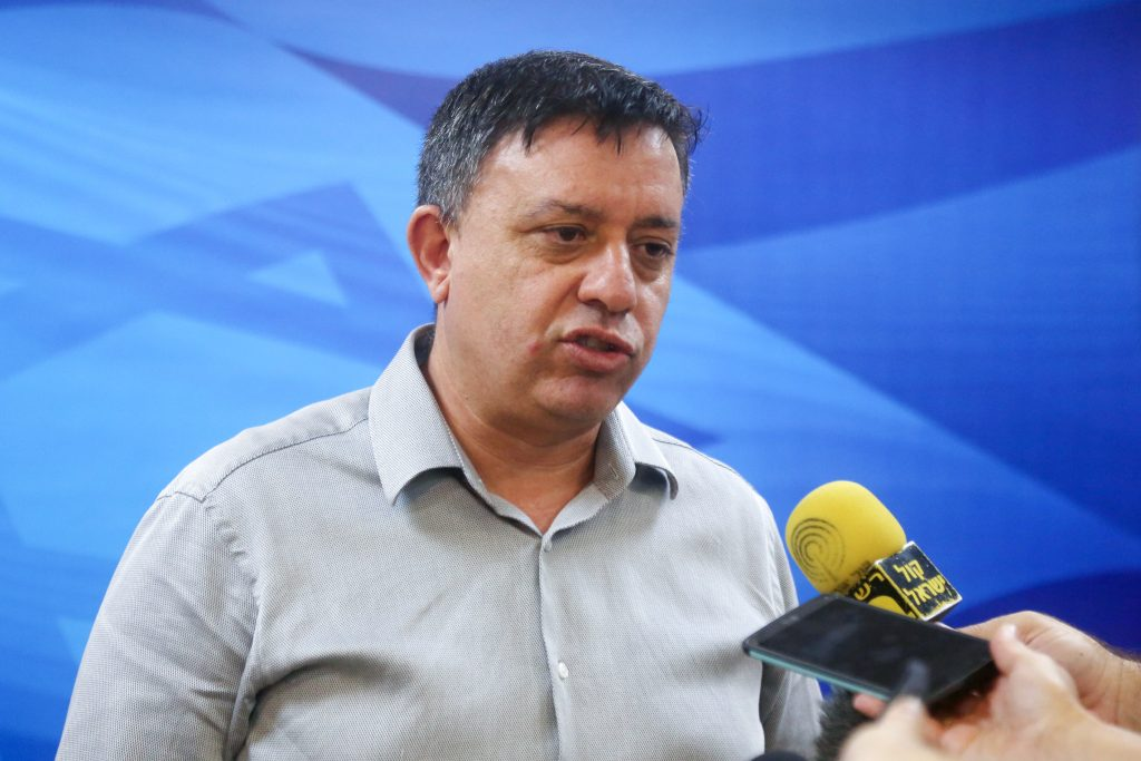 Israeli minister of Environmental Protection Avi Gabay, speaks to press ahead of the weekly cabinet meeting at PM Netanyahu's office in Jerusalem on August 16, 2015. Photo by Marc Israel Sellem/POOL *** Local Caption *** éùéáú îîùìä àáé âáàé äùø ìäâðú äñáéáä