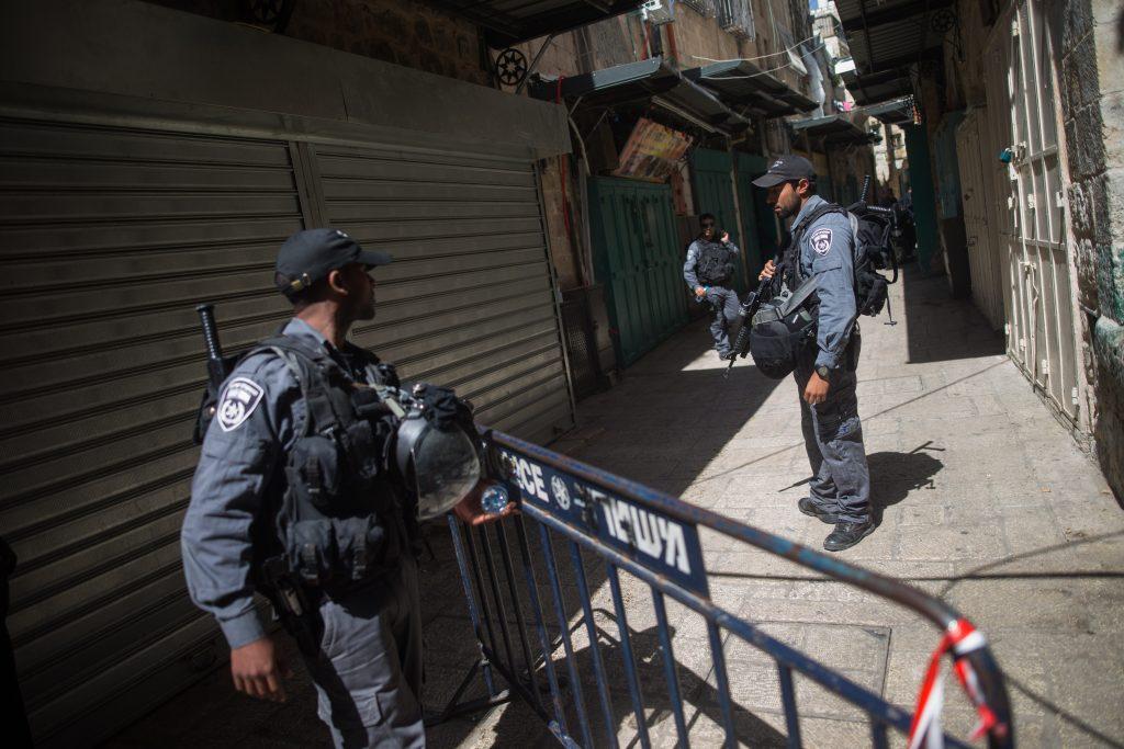 Israeli security forces at the scene of an attempted stabbing attack at the Muslim quarter in Jerusalem Old City, March 8, 2016. The suspected Palestinian woman was immediately shot by security forces, and died of her wounds. Photo by Flash90 *** Local Caption *** ôéâåò èøåø ã÷éøä øåáò îåñìîé øçåá äâéà ðéñéåï ã÷éøä éøé éøåùìéí òéø òúé÷ä ôöåò çùåã