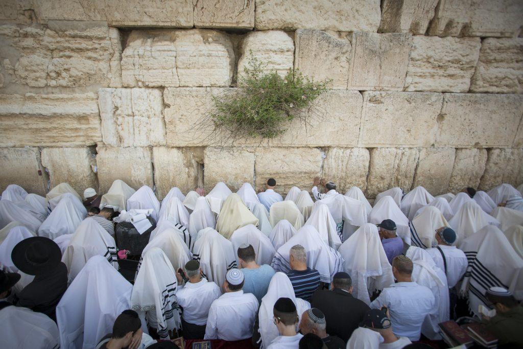 Birkas Kohanim at the Kosel on Chol haMoed Pesach (Yonatan Sindel/Flash90)