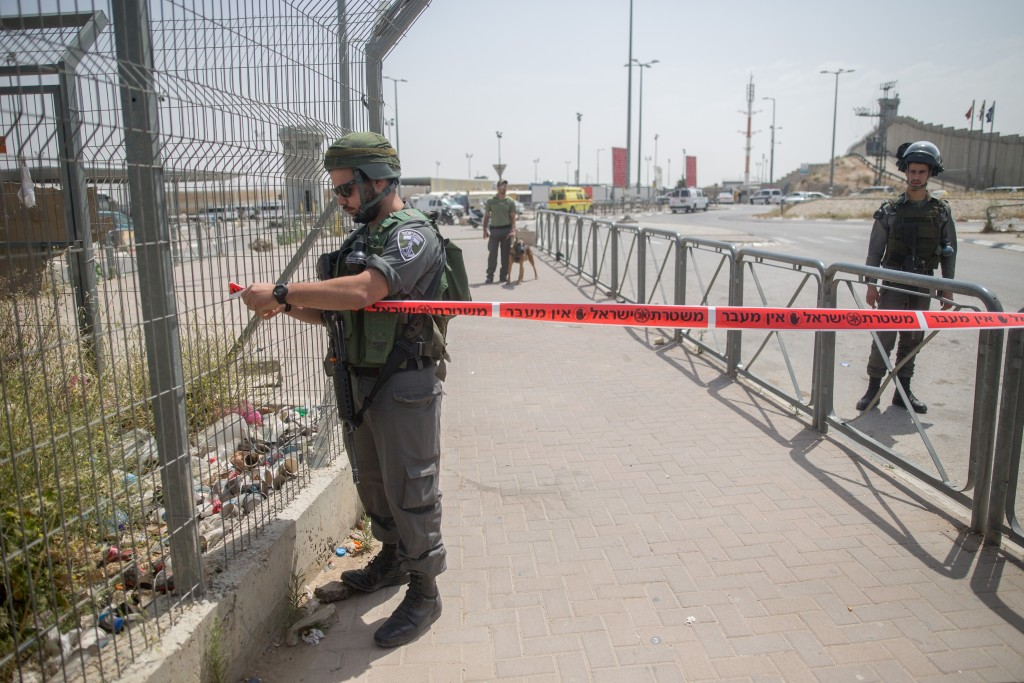 Israeli security forces and rescue forces at the Qalandiya Checkpoint after an attempted stabbing attack, on April 27, 2016. Photo by Yonatan Sindel/Flash90 *** Local Caption *** èøåø ðéñéåï ôìñèéðé îçñåí ÷ìðãéä îùèøä ùåèøéí ã÷éøä