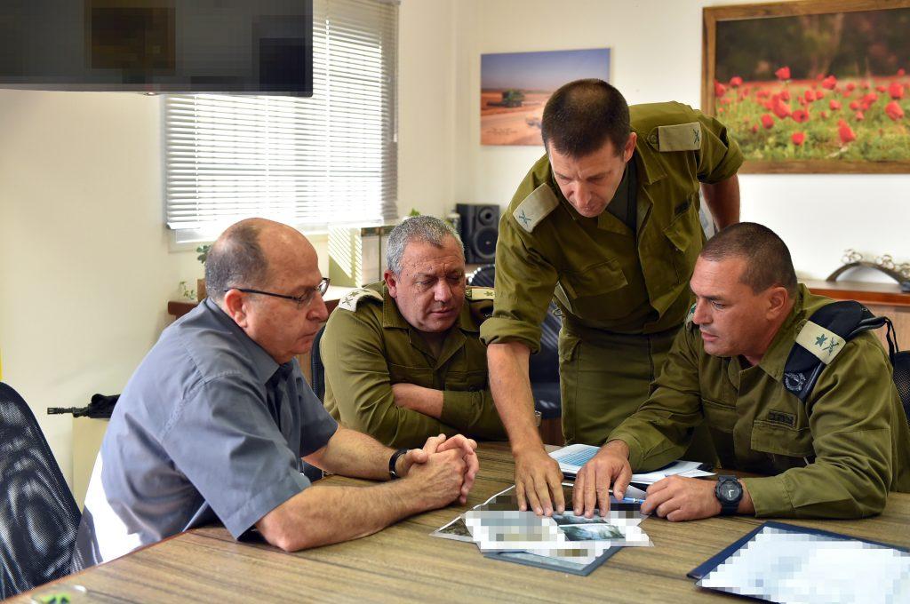Israeli Minister of Defense Moshe 'Boogie' Ya'alon (L), IDF Chief of Staff Gadi Eisenkott and IDF chief of southern command Eyal Zamir, seen at the Southern Command headquarters, near the southern Israeli border with Gaza. May 05, 2016. Photo by Ariel Hermoni/Ministry of Defense *** Local Caption *** ä àìåó àééì æîéø îô÷ã ôéåã ãøåí ùø äáèçåï îùä éòìåï áåâé øîèë''ì âãé àéæð÷åè