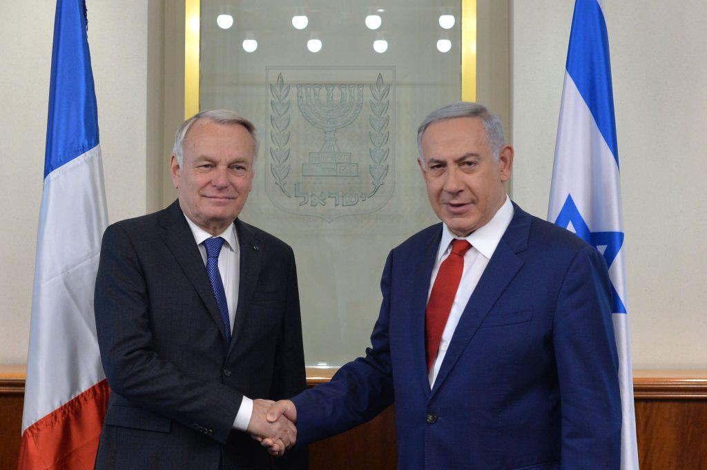 """Israeli Prime Minister Benjamin Netanyahu (R) shakes hands with French Minister of Foreign Affairs Jean-Marc Ayrault at the Prime Minister office in Jerusalem on May 15, 2016. Photo by Kobi Gideon/GPO *** Local Caption *** øàù äîîùìä áðéîéï ðúðéäå ôâéùä îùøã øåä""""î ùø äçåõ äöøôúé æ'àï îø÷ àééøå öøôú"""