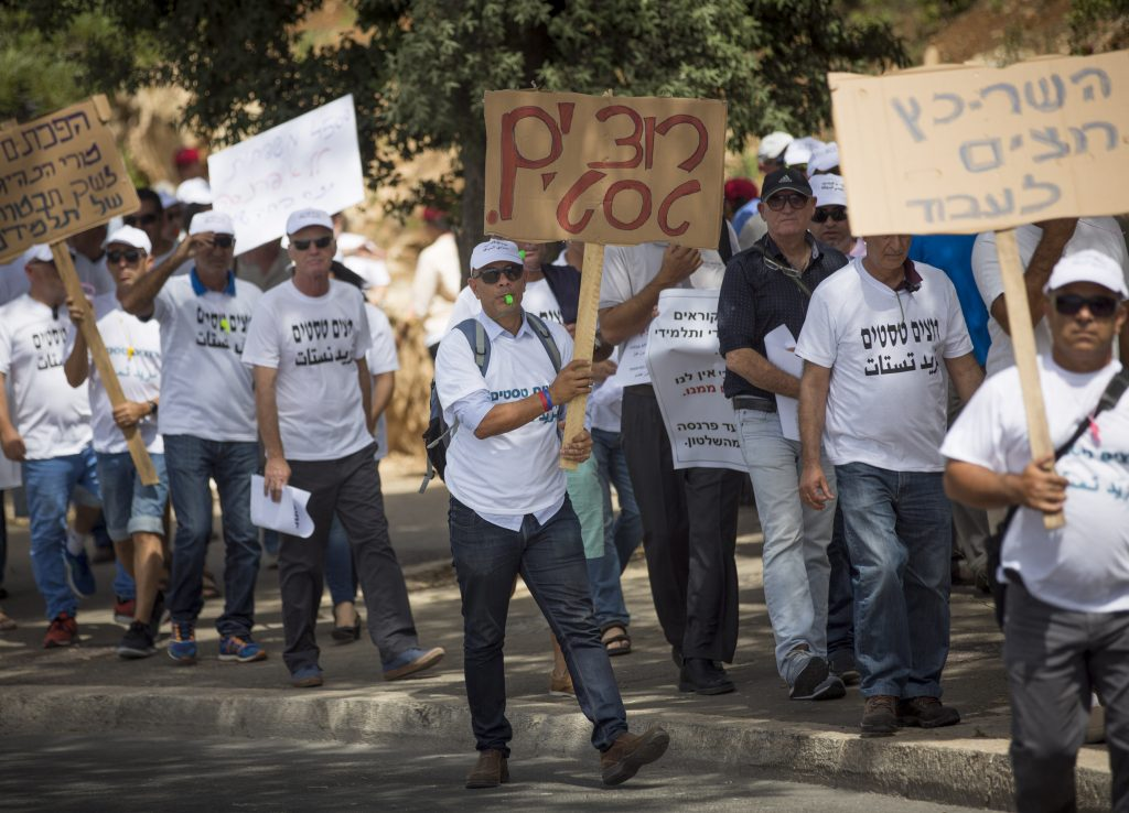 Israeli driving instructors protest near the Knesset the Israeli parliament in Jerusalem on May 15, 2016, as driving testers keep strike around the country. Photo by Yonatan Sindel/Flash90 *** Local Caption *** הפגנה מחאה טסטרים טסט נהיגה רשיון