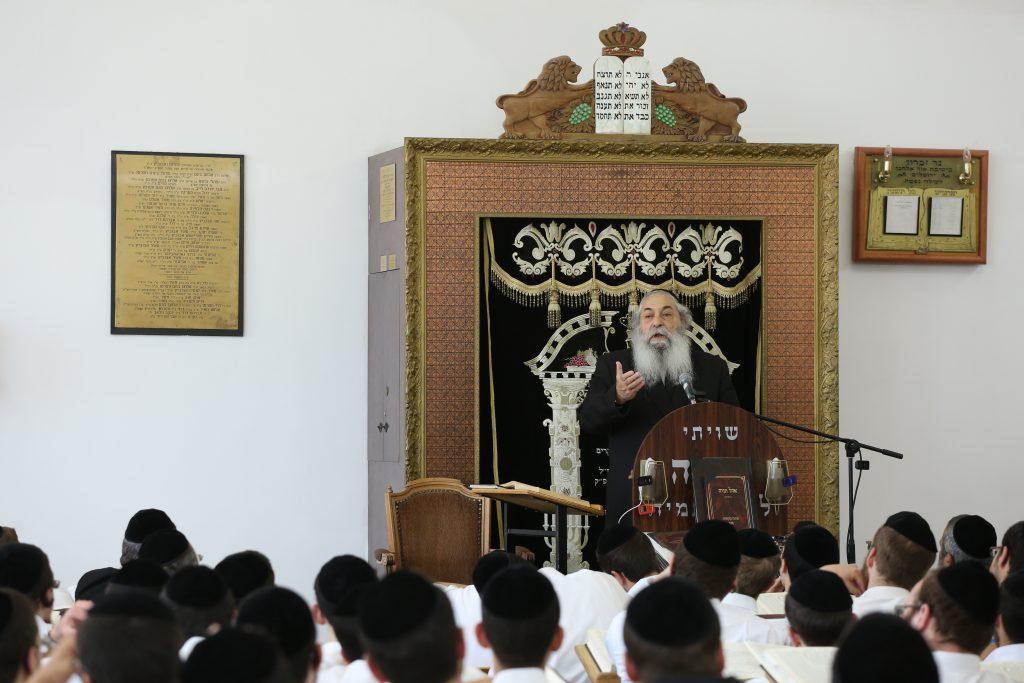 Ultra Orthoodx jews from the Or Elchanan Yeshiva listen to Rabbi Mordechai Chadash, the head yeshiva of Or Elchanan in Jerusalem on May 16, 2016. Photo by Shlomi Cohen/Flash90 *** Local Caption *** áåâøé éùéáú 'àåø àìçðï' àåø àìçðï äøá îùä îøãëé çãù