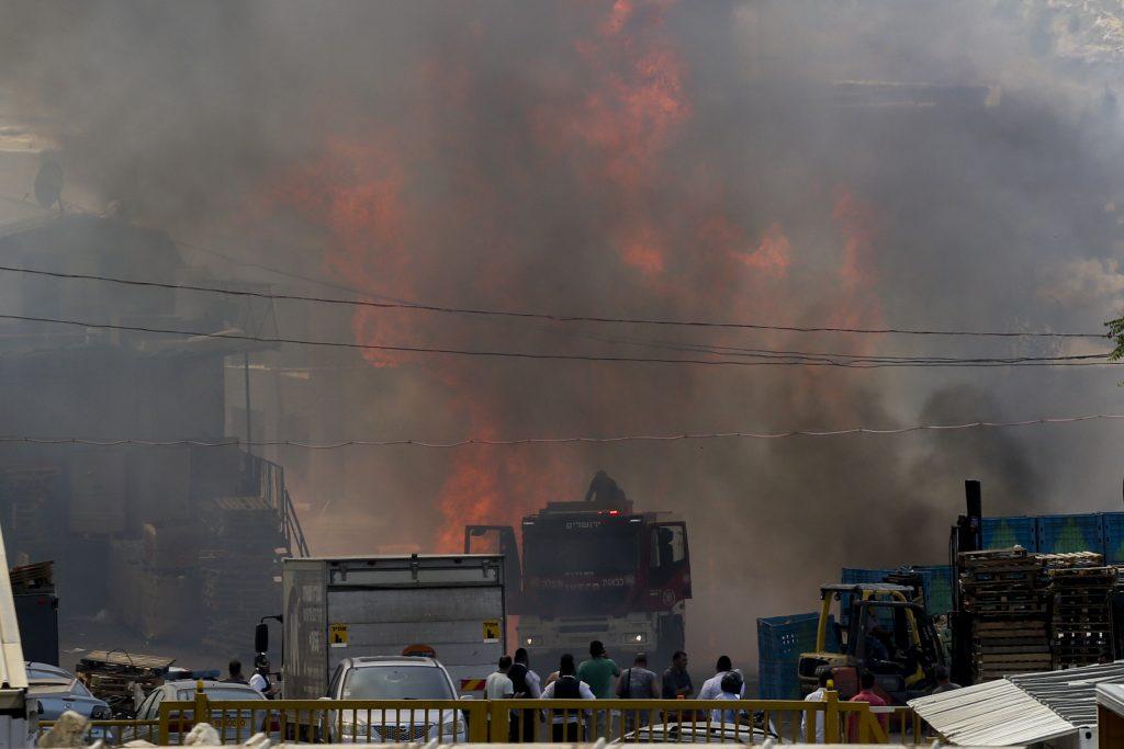 View of a large fire that broke at a warehouse in Givat Shaul neighborhood on May 16, 2016. Photo by Shlomi Cohen/Flash90 *** Local Caption *** ùøéôä ëáàé ëéáåé îùèøä ùåèø