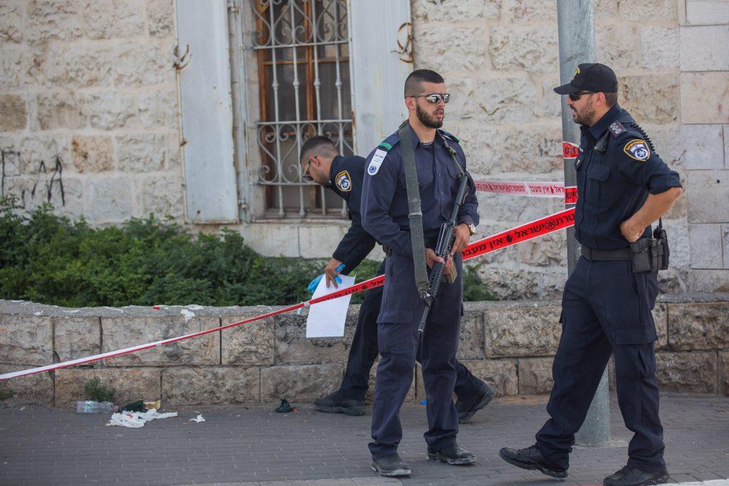 """Israeli security forces at the scene where a man was stabbed by an arab man near Jerusalem Old City on May 16, 2016, The man was evacuated to Sha'are Tzedek Medical Center, where he was said to be in light condition. Photo by Yoanatn Sindel/Flash90 *** Local Caption *** ã÷éøä øçåá äðáéàéí ôéâåò éøåùìéí èøåø ôöåò ùòø ùëí ùåèø îâ""""á ùåèøé îâ""""á"""