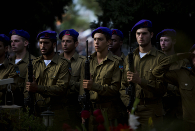 Israeli soldiers seen mourning during the funeral of 2nd Lt. Hadar Goldin at the military cemetery in Kfar Saba on August 3, 2014,. Photo by Yonatan Sindel/Flash90