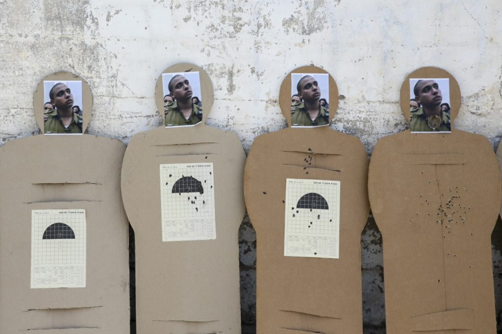 Target dummies with picture of Israeli soldier Elior Azaria is seen outside the military court in Jaffa, during a protest in support of Azaria, June 1, 2016. Photo by Flash90 *** Local Caption *** טרור פיגוע דקירה פצוע קל אליאור עזריה מחבל חיילים הפגנה חברון כתב אישום משפחה חייל יורה מואשם בצלם בית משפט יפו