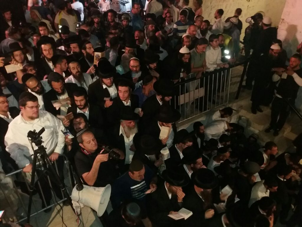 A group of mispallelim arrives at Kever Yosef. (Kever Yosef Management)