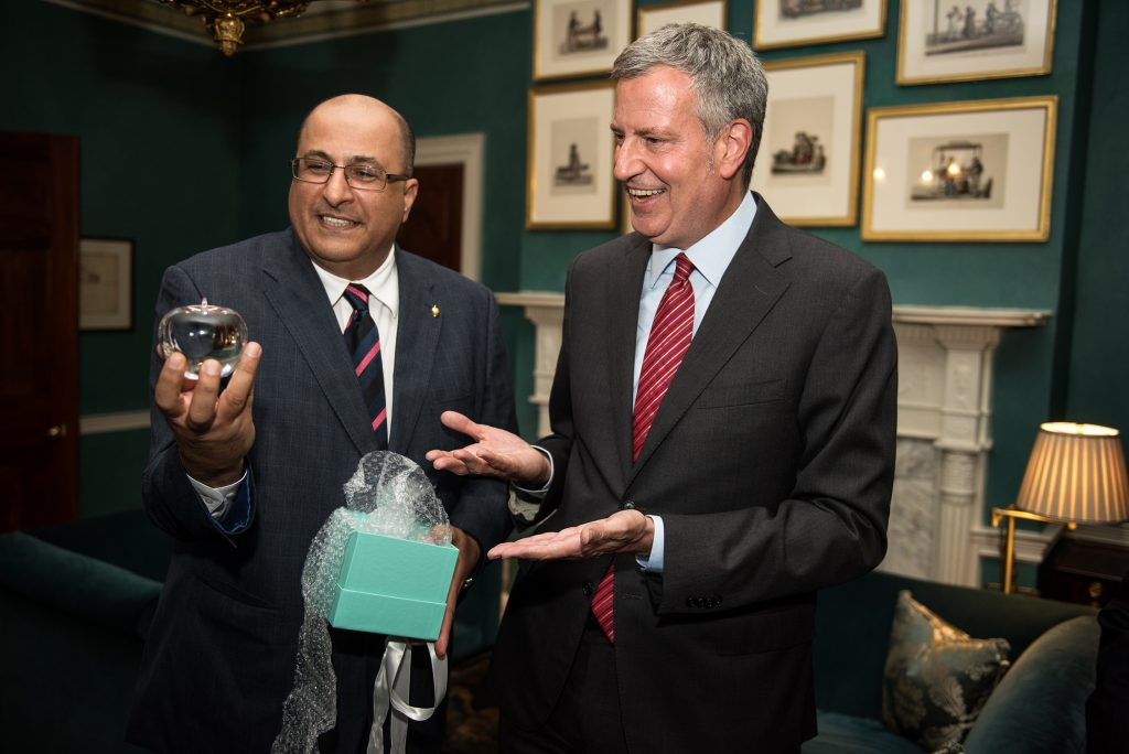 """Mayor Bill de Blasio (R) on Wednesday evening presents Consul General of Israel Ido Aharoni with a proclamation declaring June 29 """"Ido Aharoni Day"""" in New York, at the Jewish Heritage Reception at Gracie Mansion. (Demetrius Freeman/Mayoral Photography Office)"""