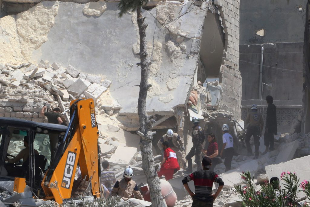 Civil defence members work at a site hit by an airstrike in the rebel held area of Aleppo's al-Marjeh neighborhood, Syria June 6, 2016. REUTERS/Abdalrhman Ismail