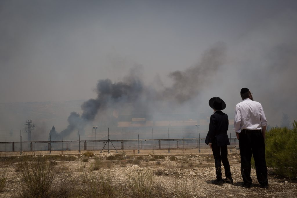 A view of the fire near the Givat Shaul neighborhood of Yerushalayim on Wednesday. (Noam Revkin Fenton/Flash90)