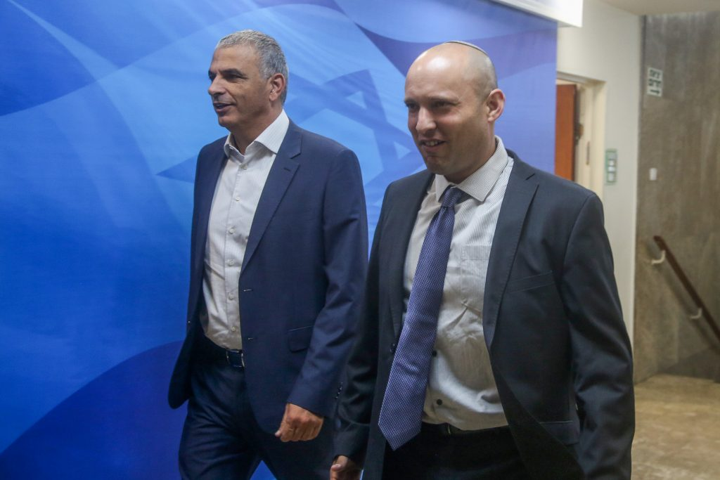 Finance Minister Moshe Kahlon (L) and Education Minister Naftali Bennett didn't like the way the vote on the Turkey deal was handled. (Marc Israel Sellem/POOL)